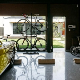 『garden house with garage』〜ガレージ・庭・ホームシアター!趣味を最大限楽しめる住宅〜 (庭を望める開放的なガレージ)
