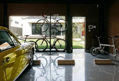 庭を望める開放的なガレージ (『garden house with garage』〜ガレージ・庭・ホームシアター!趣味を最大限楽しめる住宅〜)