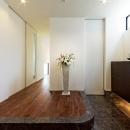 『garden house with garage』〜ガレージ・庭・ホームシアター!趣味を最大限楽しめる住宅〜の写真 明るい開放的な玄関