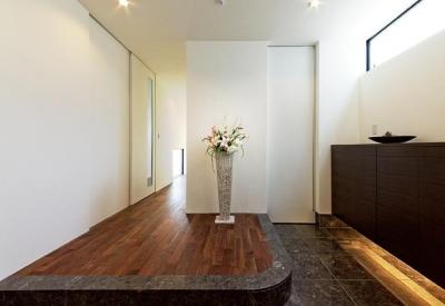 『garden house with garage』〜ガレージ・庭・ホームシアター!趣味を最大限楽しめる住宅〜 (明るい開放的な玄関)