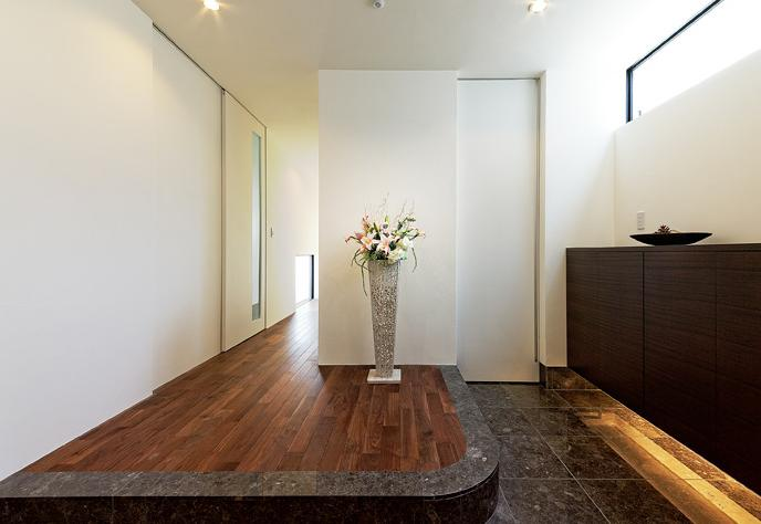 『garden house with garage』〜ガレージ・庭・ホームシアター!趣味を最大限楽しめる住宅〜の部屋 明るい開放的な玄関