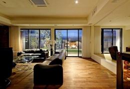 『garden house with garage』〜ガレージ・庭・ホームシアター!趣味を最大限楽しめる住宅〜 (庭を介してガレージを見通せるリビング)