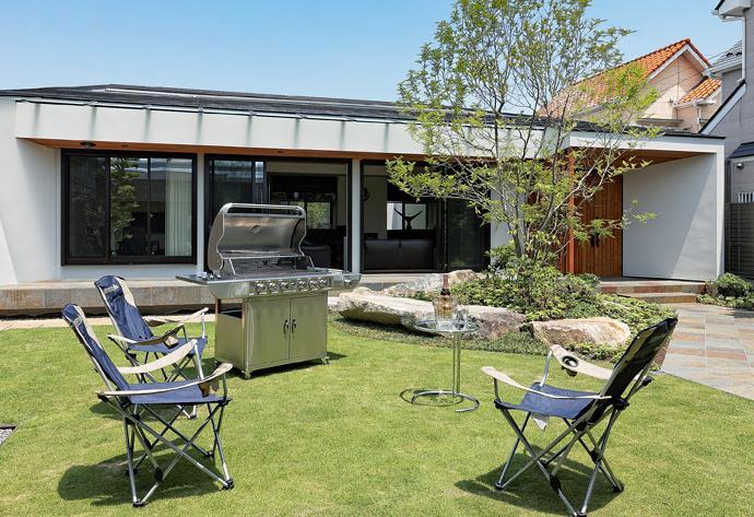 『garden house with garage』〜ガレージ・庭・ホームシアター!趣味を最大限楽しめる住宅〜 (BBQも楽しめる広い庭)