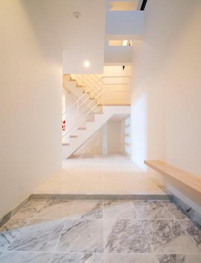 白で統一された吹き抜けの玄関 (『bandage』〜モノトーンで統一されたスタイリッシュな住まい〜)