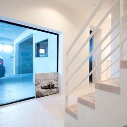 『bandage』〜モノトーンで統一されたスタイリッシュな住まい〜 (愛車を眺められる階段ホール)