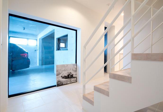 『bandage』〜モノトーンで統一されたスタイリッシュな住まい〜の写真 愛車を眺められる階段ホール