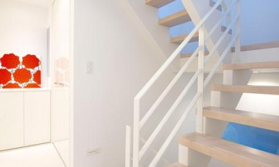 『bandage』〜モノトーンで統一されたスタイリッシュな住まい〜 (白で統一された階段室)