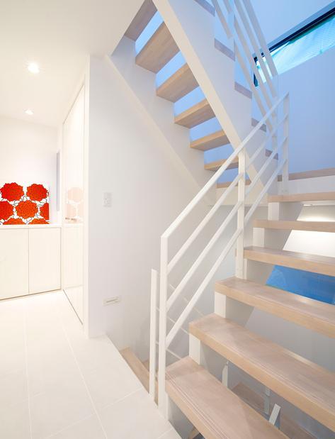 『bandage』〜モノトーンで統一されたスタイリッシュな住まい〜の写真 白で統一された階段室