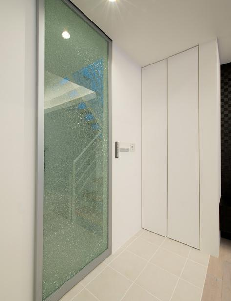 『bandage』〜モノトーンで統一されたスタイリッシュな住まい〜の写真 すりガラスのリビングドア