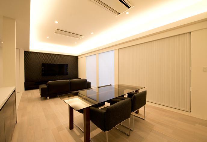 『bandage』〜モノトーンで統一されたスタイリッシュな住まい〜の部屋 間接照明が演出する大人リビング