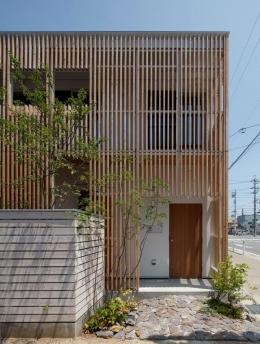 『大浜の家』〜開放性!プライバシー確保!両方を兼ね備えた住宅〜 (木製ルーバーに囲まれた外観)