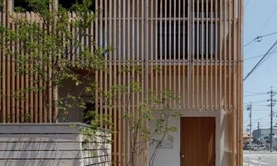 木製ルーバーに囲まれた外観|『大浜の家』〜開放性!プライバシー確保!両方を兼ね備えた住宅〜