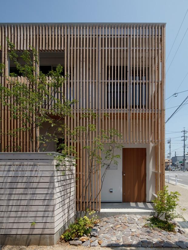 『大浜の家』〜開放性!プライバシー確保!両方を兼ね備えた住宅〜の部屋 木製ルーバーに囲まれた外観