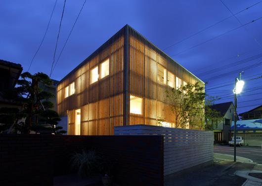 『大浜の家』〜開放性!プライバシー確保!両方を兼ね備えた住宅〜の部屋 木製ルーバーに囲まれた外観-夜景