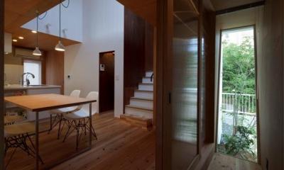 『大浜の家』〜開放性!プライバシー確保!両方を兼ね備えた住宅〜 (木製引き戸のダイニング入口)