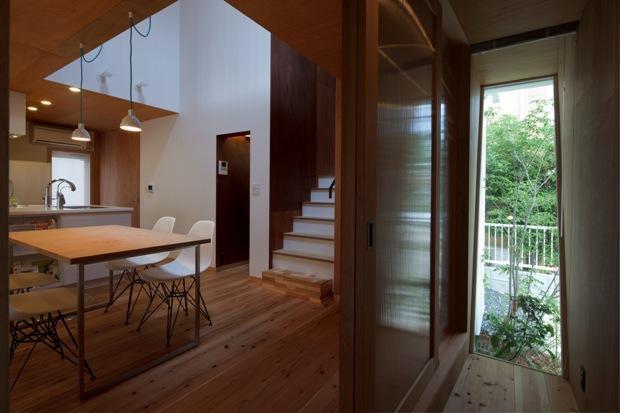 『大浜の家』〜開放性!プライバシー確保!両方を兼ね備えた住宅〜の部屋 木製引き戸のダイニング入口
