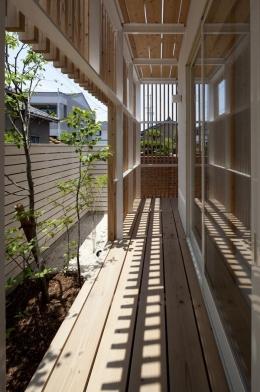 『大浜の家』〜開放性!プライバシー確保!両方を兼ね備えた住宅〜 (木製ルーバーに囲まれた外回廊)