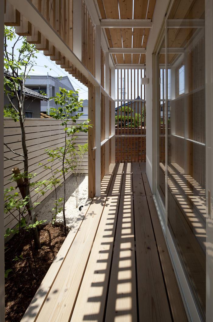 『大浜の家』〜開放性!プライバシー確保!両方を兼ね備えた住宅〜の部屋 木製ルーバーに囲まれた外回廊