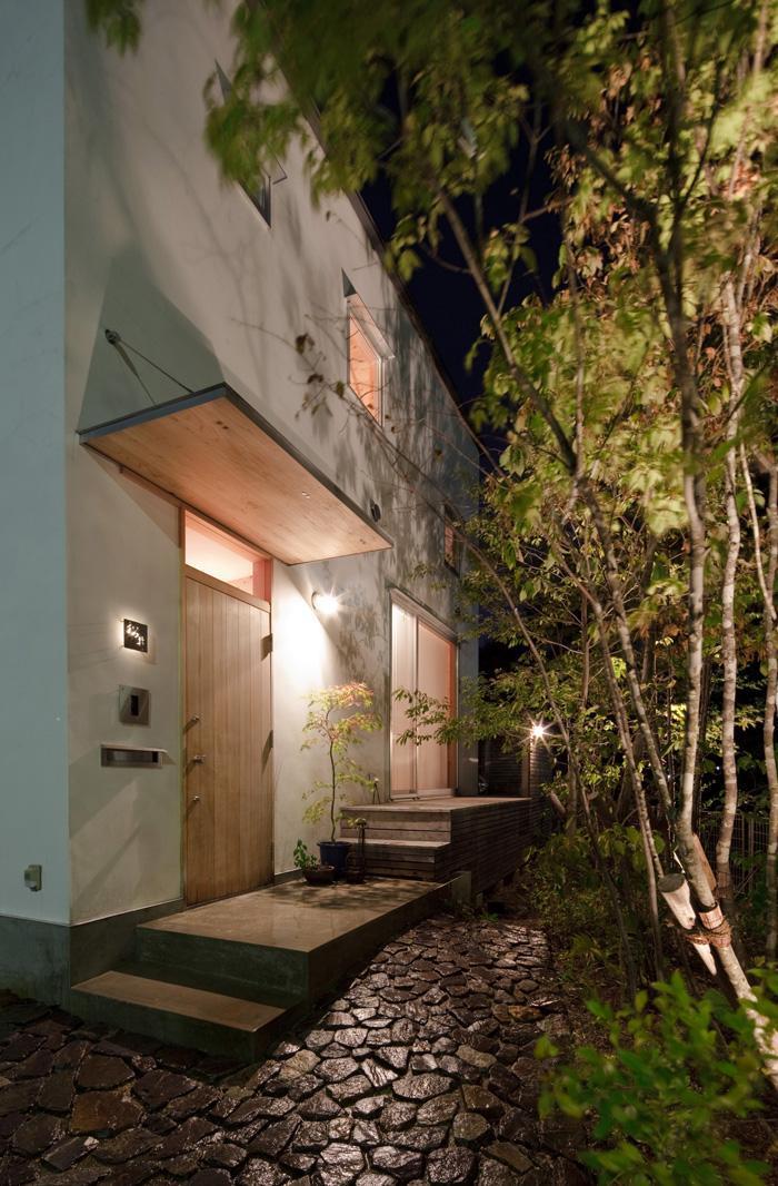 『八幡山の家』〜暮らしを楽しむ家〜の部屋 木製ドアの玄関-夜景