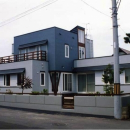 『The KS House』〜内も外も開放感あふれる住まい〜 (ブルーが印象的な外観-1)