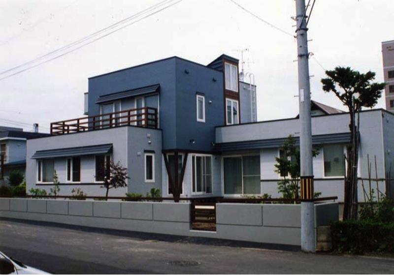 『The KS House』〜内も外も開放感あふれる住まい〜の写真 ブルーが印象的な外観-1