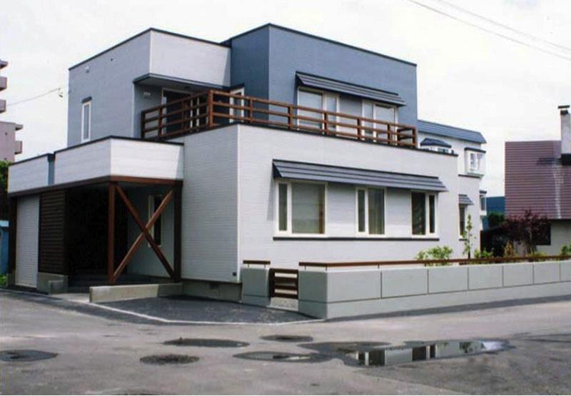 『The KS House』〜内も外も開放感あふれる住まい〜の写真 ブルーが印象的な外観-2