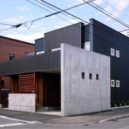 『The OG House』〜大きな高窓がある家〜 (シンプルモダンな外観-1)