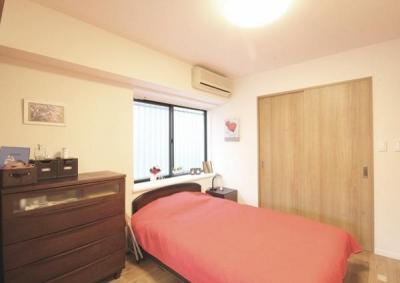 寝室 (すっきりと見渡せる、繋がり合うモダンな空間)