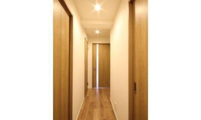 すっきりと見渡せる、繋がり合うモダンな空間 (廊下)
