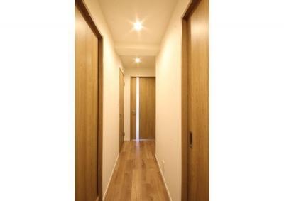 廊下 (すっきりと見渡せる、繋がり合うモダンな空間)