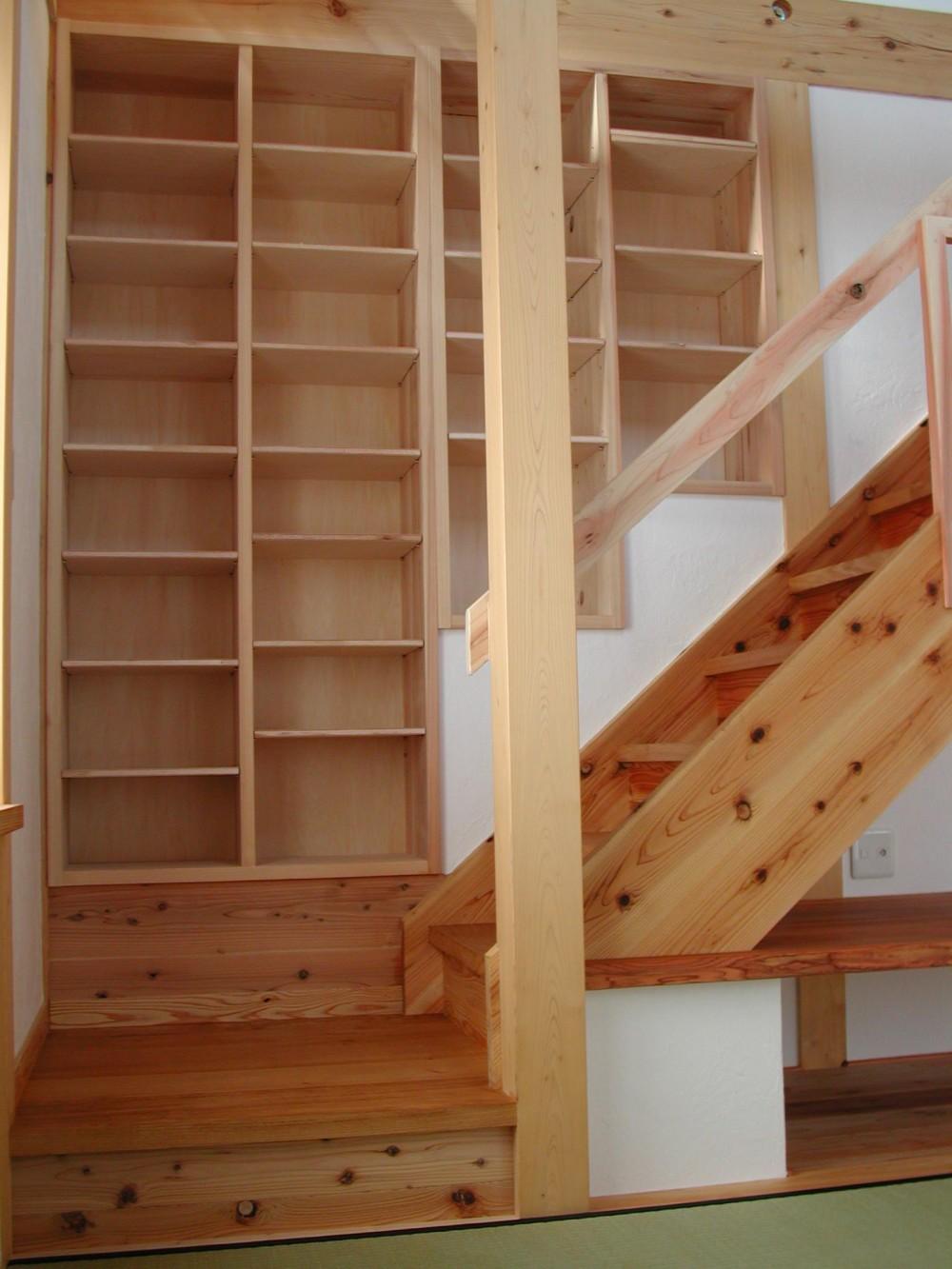 愛犬と暮らす 木の家 (階段 収納)