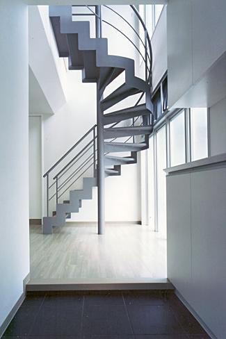 『Sレジデンス』〜シンプルさと回遊性を重視した賃貸併用住宅〜の部屋 賃貸部 玄関・階段