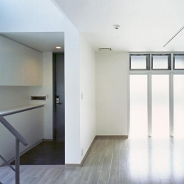 『Sレジデンス』〜シンプルさと回遊性を重視した賃貸併用住宅〜 (賃貸部 玄関・リビング)