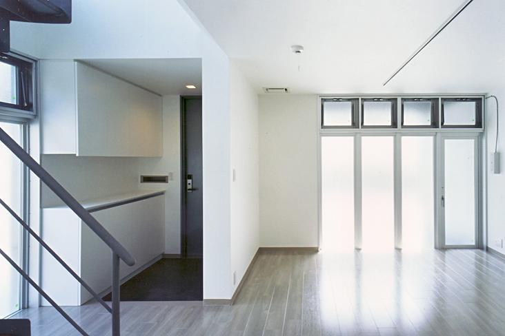 『Sレジデンス』〜シンプルさと回遊性を重視した賃貸併用住宅〜の部屋 賃貸部 玄関・リビング