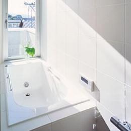 『Sレジデンス』〜シンプルさと回遊性を重視した賃貸併用住宅〜 (賃貸部 明るい浴室)