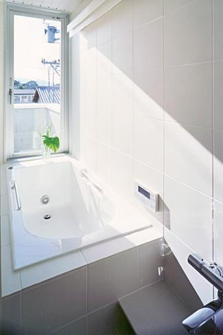 『Sレジデンス』〜シンプルさと回遊性を重視した賃貸併用住宅〜の部屋 賃貸部 明るい浴室