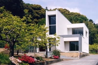 スタイリッシュな白い外観 (『I-house』〜垂直・水平のラインの美しさを表現した住まい〜)