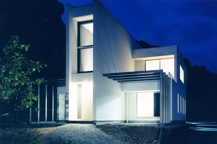 『I-house』〜垂直・水平のラインの美しさを表現した住まい〜の部屋 スタイリッシュな外観-夜景