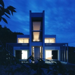 夜に映える美しい家-外観