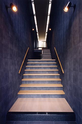 『I-house』〜垂直・水平のラインの美しさを表現した住まい〜の部屋 玄関より 2枚の大壁の階段室