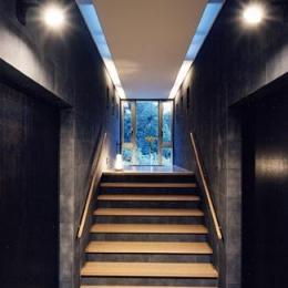 『I-house』〜垂直・水平のラインの美しさを表現した住まい〜 (階段踊り場よりスカイホールを見上げる)