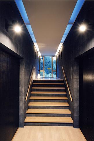 『I-house』〜垂直・水平のラインの美しさを表現した住まい〜の部屋 階段踊り場よりスカイホールを見上げる