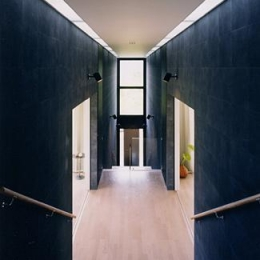 『I-house』〜垂直・水平のラインの美しさを表現した住まい〜 (両側に居室を配した階段踊り場)
