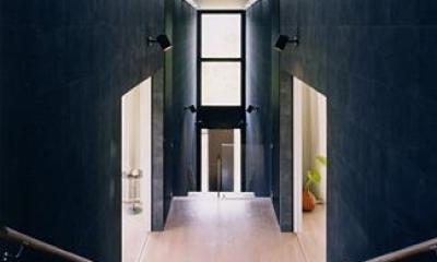 両側に居室を配した階段踊り場|『I-house』〜垂直・水平のラインの美しさを表現した住まい〜