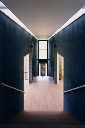 『I-house』〜垂直・水平のラインの美しさを表現した住まい〜の部屋 両側に居室を配した階段踊り場