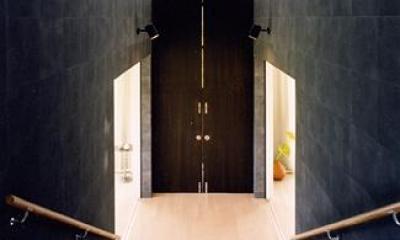 『I-house』〜垂直・水平のラインの美しさを表現した住まい〜 (階段室の空間を仕切る扉)