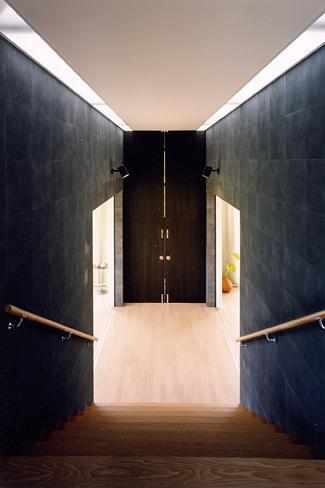 『I-house』〜垂直・水平のラインの美しさを表現した住まい〜の部屋 階段室の空間を仕切る扉