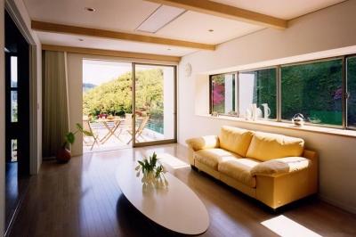 『I-house』〜垂直・水平のラインの美しさを表現した住まい〜 (テラスと一体になる明るいリビング)