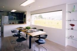 『I-house』〜垂直・水平のラインの美しさを表現した住まい〜 (大きな横長窓のあるダイニング)