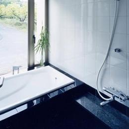 『I-house』〜垂直・水平のラインの美しさを表現した住まい〜 (モノトーンの浴室)